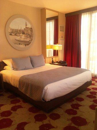 Kimpton Hotel Palomar Chicago: King size bed in King Spa Premier room