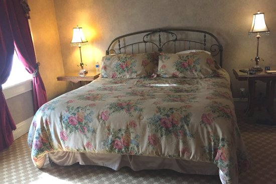 Beaumont Hotel & Spa: The bed looks antique, but the mattress is new and very comfortable