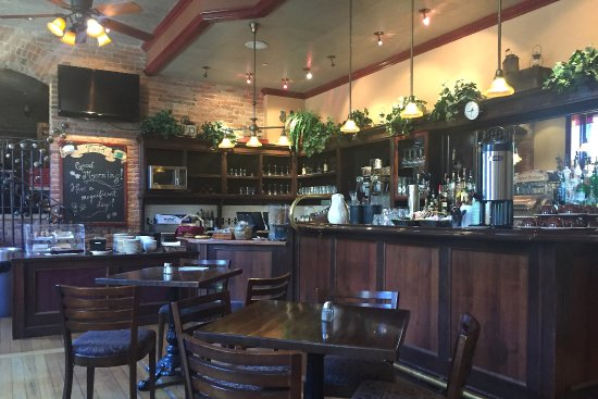 Beaumont Hotel & Spa : The bar area where they serve the included continental breakfast