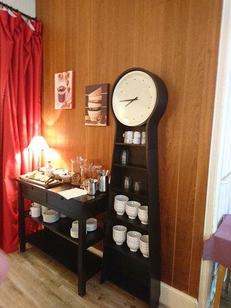 Hôtel du Midi : Couloir et salle petit déjeuner