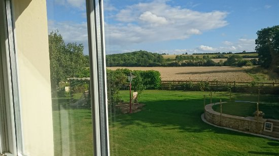 Redlands Farm Bed & Breakfast: Redlands farm bnb gaydon bedroom and view.