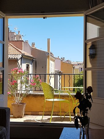 La Maison d'Aix : The view from our room to the balcony and sun