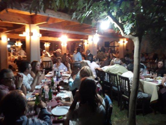 Flora Choriatiki Taverna: Φλώρα Χωριατική Ταβέρνα