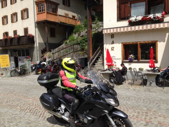 Splugen, Suisse : Plenty of motorbike riders, bike riders and old cars in town today.