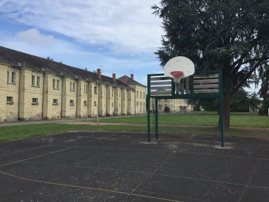 Roiffe, France: Basket et tennis en suffisamment bon état