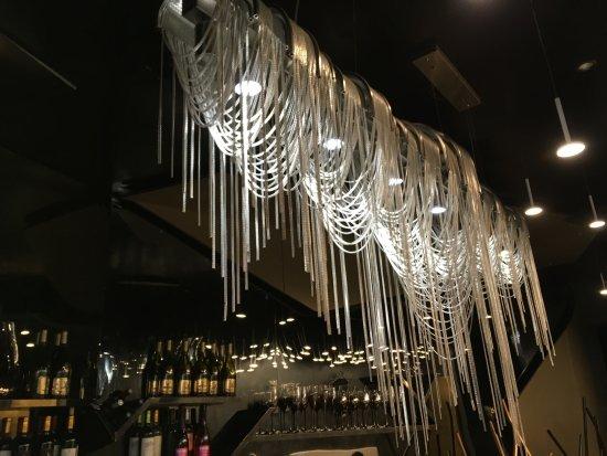 Fantastique lustre au dessus du bar - Photo de Dicoeur Restaurant, Paris XS-61
