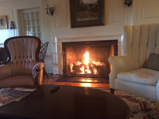 Adair Country Inn & Restaurant: Morning coffee and a roaring fire before breakfast.