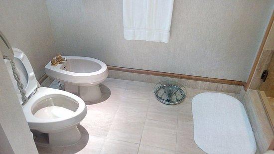 Fairmont Singapore: WC with Bidet