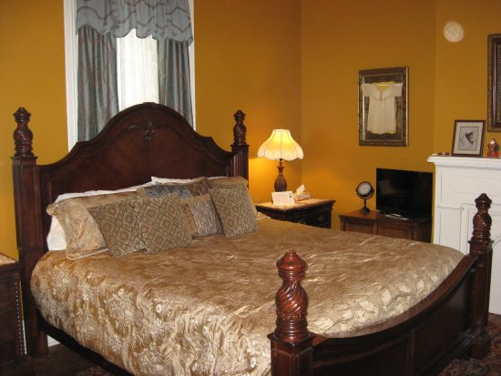 Bayberry House Bed and Breakfast: King room with private Bath.  G2