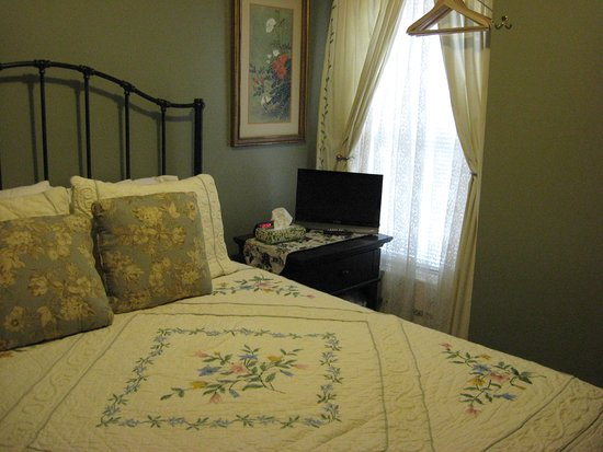 Bayberry House Bed and Breakfast: Queen room with private Bath. G3
