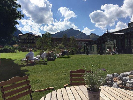 Romantik Hotel der Wiesenhof: Lage, Essen, Wellness, Bibliothek