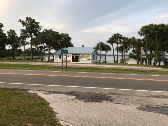 Hernando, FL: Old decor with a view of the lake. Right off the Withlacoochee bike trail and they have a bike r