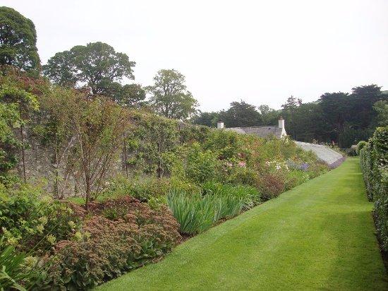 Glenarm, UK: Wall border and greenhouse