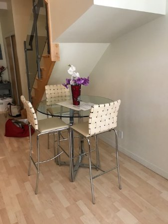 JJ Furnished Apartments & Private Suites Toronto: Luxury apartment dining area????
