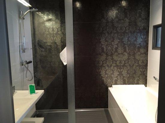 WestCord Fashion Hotel Amsterdam: Both shower and bathtub