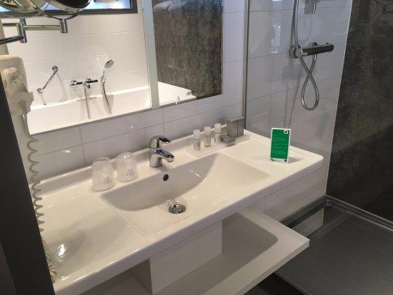 WestCord Fashion Hotel Amsterdam: Good size bathroom