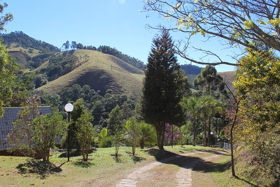 Sapucai-Mirim, MG: Vista da entrada do Chalé Cerejeiras