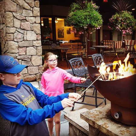 Silver Moon Inn: Fire pits right outside the hotel offered to make free smores