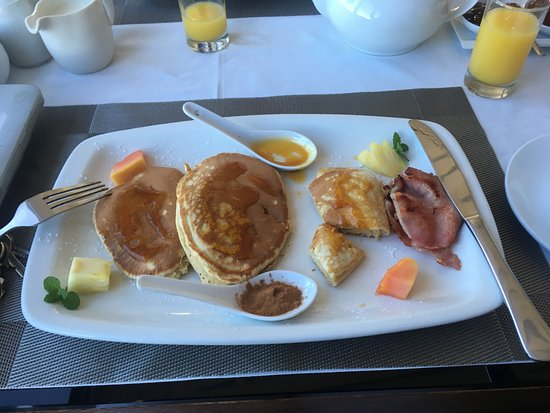 Bantry Bay, South Africa: A 'hearty' cooked breakfast....good start to the day.