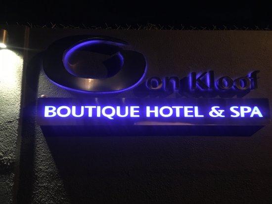 Bantry Bay, جنوب أفريقيا: Hotel signage.....hard to miss at night!!