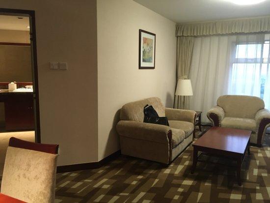 Landmark Towers Hotel: Living area