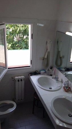 Hotel Tre Botti: Finestra del bagno che dà sul terrazzo di un'altra camera