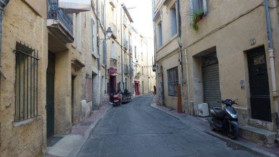 Thym et Romarin: A few tables in the road but it miles better thsan it looks.