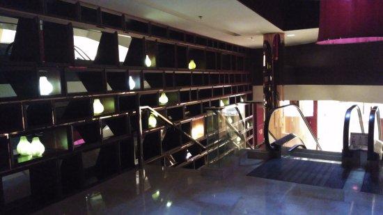 Wyndham Xian: Zona de escalera mecánica de comunicación lobby-ascensores