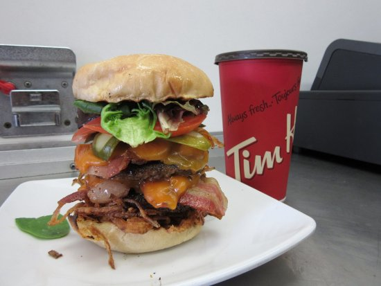 Cranbrook, Canadá: Bro Double Burger. Double hand made 6oz patty, double bacon and double cheese.
