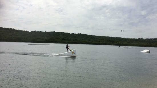 Torcy, Frankrike: There is very nice waterski site inside the park. 20€ per hour included the hire of equipment.