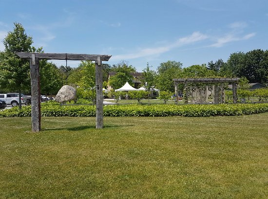 Harrow, Kanada: Welcome to Oxley Estate! Beautiful gardens, food and wine.