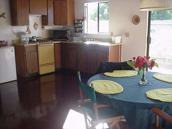Kaunakakai, HI: Spacious equipped kitchen and dining area.