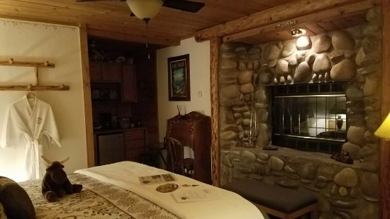 Heavenly Valley Lodge Bed & Breakfast: River Rock Romance Room #116