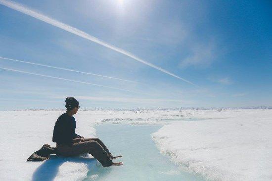 Iqaluit, Kanada: soaking my feet in the refreshing water
