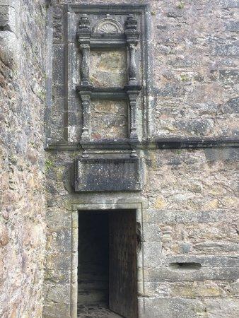 Carnasserie Castle: décoration en fronton