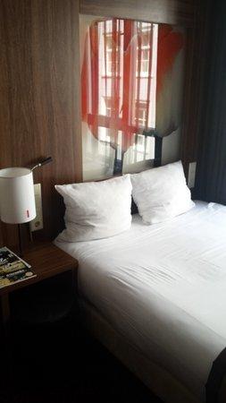 Hampshire Hotel - Eden Amsterdam: Cama literalmente 'pegada' a la ventana.