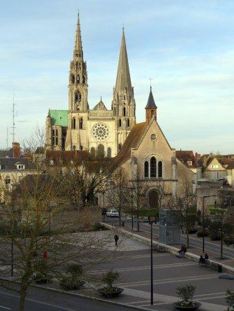 Mercure Chartres Centre Cathedrale: Da janela do apartamento, uma vista da frente da Catedral, principal atração de Chartes