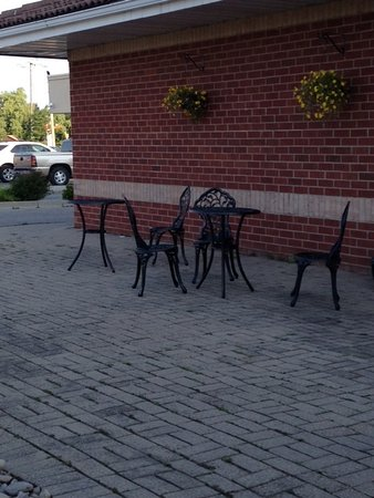 Ingersoll, Canada: Seating area outside entrance