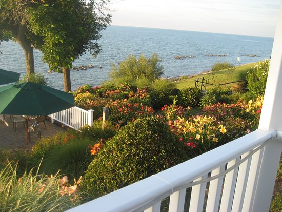 The Lakehouse Inn: View from Patio Lounge area