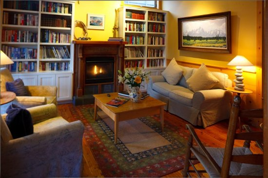 The Alpine House Lodge & Cottages: Library Px