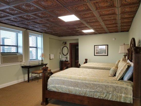 Falls City, NE: 2 Queen bed suite
