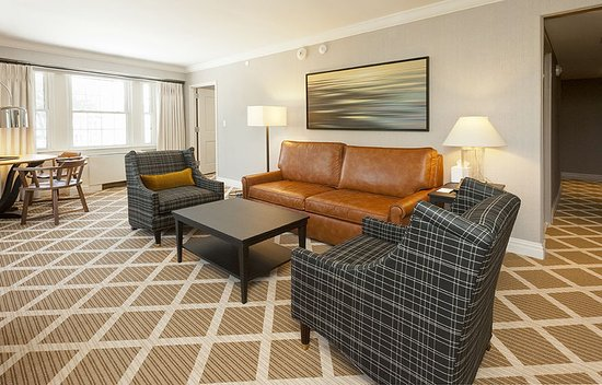 Hanover, New Hampshire: Hanover Inn 1 bedroom suite living room