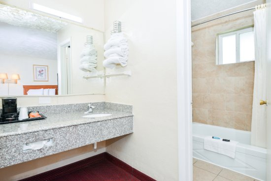 Americas Best Value Inn: Two Double Beds w/Sofa Bed Guest Bathroom