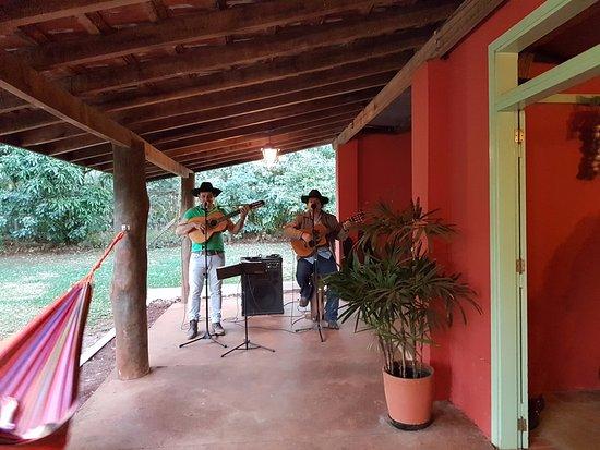 Hotel Estancia Barra Bonita: Cantoria sertaneja na fazendinha