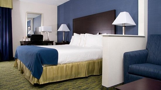 Holiday Inn Express & Suites - York: Deluxe Room