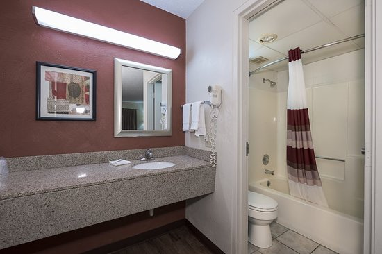 Red Roof Inn U0026 Suites Cleveland   Elyria: Guest Bath
