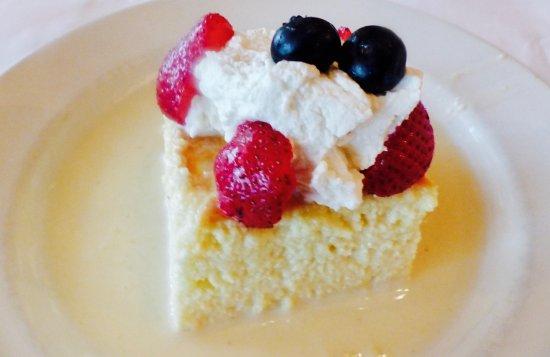 Roslyn, Estado de Nueva York: sponge cake with blueberries & strawberries