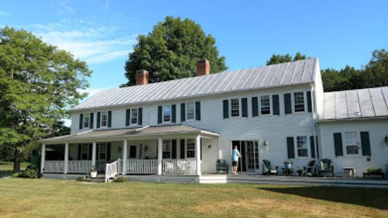 Middle Bay Farm Bed & Breakfast: The Front porch and entrance