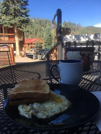 Riverside Lodge & Cabins: Breakfast on the deck.