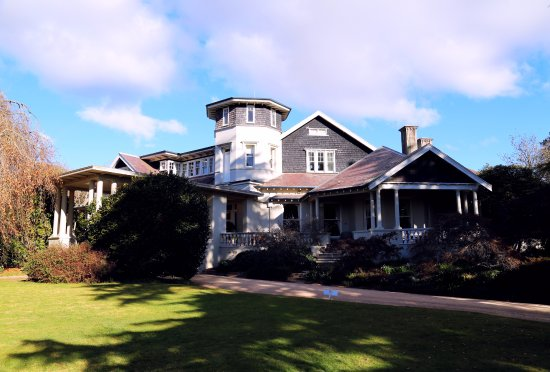 Hordern's: The Federation style mansion, Milton Park from the central lawn.